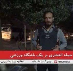 صمیم فرامرز در حال ارسال گزارش از حادثه دیروز که در جریان همین گزارش جان باخت.